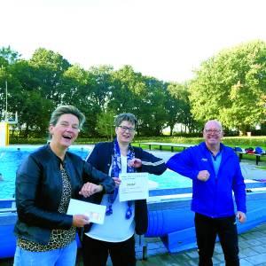 VPS Sport- en massagetherapie en zwembad De Kuiperberg schenken opbrengst aardbei-zwemmen aan Caritas