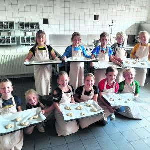 Groep vijf van de Aloysiusschool bakt broodjes voor hun Eerste Heilige Communie