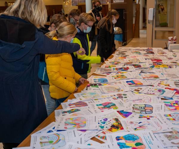Kim Roeleveld van basisschool de Zevenster winnares ontwerpwedstrijd Elephant Parade