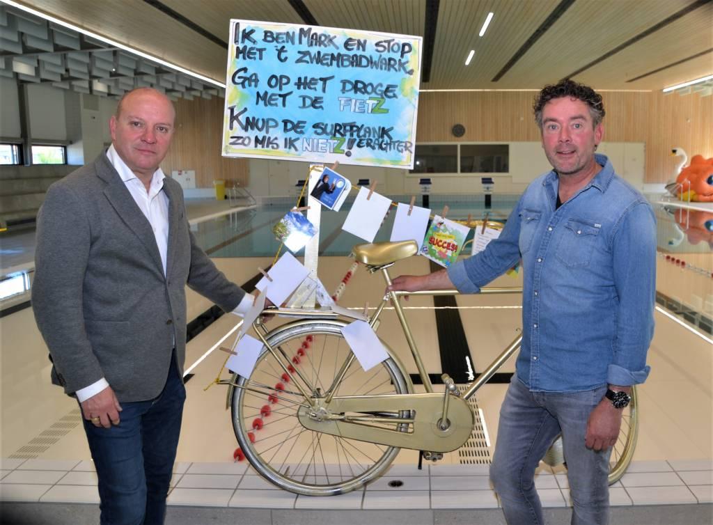 Wethouder Benno Brand met Marc Wisseborn  bij zijn door zijn nu oud-collega's geschonken ' gouden fiets'