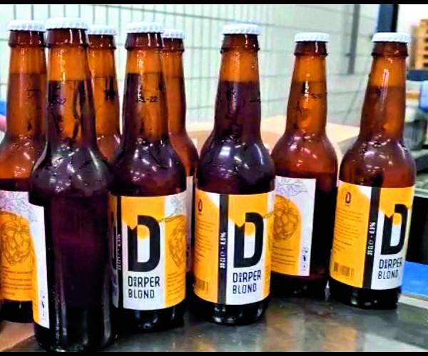 Eerste 'biertje' voor 'Knikkers' Het eigen Denekamper biertje 'Doarper' vanaf het komend weekend 'op de markt'