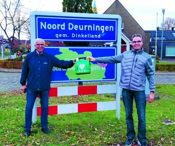 Stichting AED Noord Deurningen schenkt oude aed aan ZGT Overzee