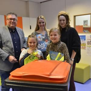 Wethouder Blokhuis overhandigt PMD-container aan leerlingen Bernardusschool Saasveld