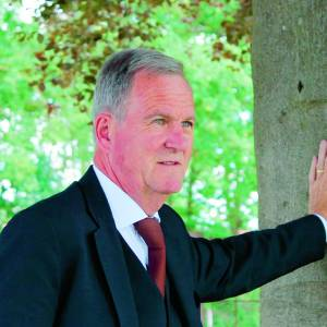 Uitvaartleider Marcel Hulskotte staat nabestaanden bij met mogelijkheden rond uitvaarten