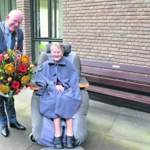 Hele leven in de zorg en daarom een welverdiend bankje voor de 100-jarige 'tante' Truus Wielens