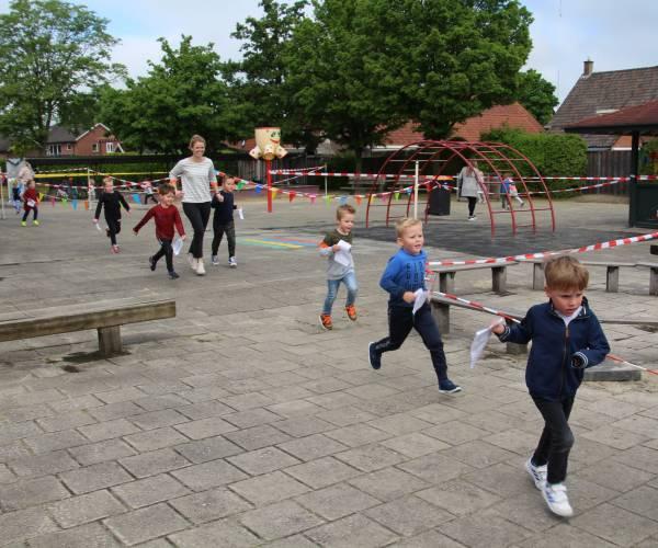 Sponsorloop door kinderen Aloysiusshool voor goed doel en schoolplein
