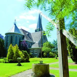 Openluchtviering in pastorietuin in Saasveld