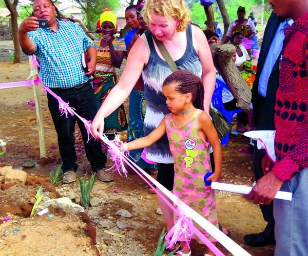 Tanzaniaans dorp enorm geholpen met waterproject Twentse stichting