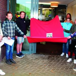 Boekje 'Weerselo viert Vrijheid' aangeboden  aan bewoners Zorgcentrum Sint Jozef